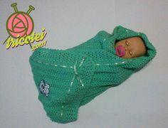 Manta para bebê de tricô verde feito à mão. Com babado em crochê, acabamento com fita de cetim e aplique de cachorrinho. Combinação perfeita de tricô e crochê.  Para ver mais detalhes e comprar o produto visite o site tricotei.com