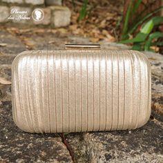 05e501c90 Clutch de festa com bordas arredondadas, muito bem produzida e trabalhada,  com elegante revestimento