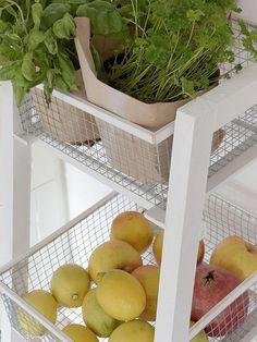 DIY-Anleitung: Küchenregal mit Körben selber bauen / storage diy for the kitchen: side rack with baskets via DaWanda.com