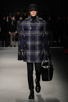 Discover Daks' Autumn Winter collection presented during the day of Milan Fashion Week. Mens Fashion Week, High Fashion, Men's Fashion, Tartan Mode, Winter 2017, Fall Winter, Milan, Gq Mens Style, Tartan Fashion