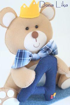Urso decorativo para quarto, ou Porta-Maternidade, com a inicial do bebê.    Possui aproximadamente 30 cm de altura, feito em feltro e tecido,    Consulte mais opções de cores e modelos!    Obrigada pela visita!  Dona Lika