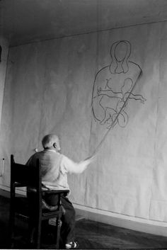 Henri Matisse working on designs for the Vence Chapel© Hélène Adant Centre Pompidou - Mnam - Bibliothèque Kandinsky - Hélène Adant