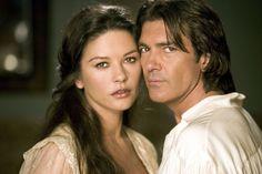CATHERINE ZETA-JONES Y ANTONIO BANDERAS Como Elena de la Vega y el Zorro en La leyenda del Zorro (2005)