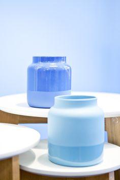Ob maritim, sommerlich oder schlicht modern, mit der VASE DIPBLUE sind viele Looks möglich.  Sie überzeugt sowohl in matt-glänzend, als auch in glänzend-matt in beiden Farbtönen mit ihrer angesagten Dipfärbung und der einladenden Form. Form, Water Bottle, Drinks, Modern, Vases, Drinking, Beverages, Trendy Tree, Water Flask