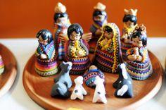 Este nacimiento de cerámica de Chinautla, vestido con tejidos típicos por artesanos de Manos Preciosas, Antigua Guatemala, es un ejemplo de las innovaciones que hacen los artesanos guatemaltecos para diferenciarse en el mercado. (Foto: Esteban Biba/Soy502)