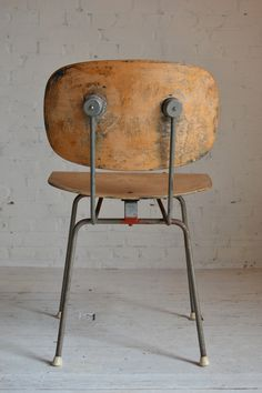 Authentieke, geleefde #Gipsen stoel. #Industrieel met geleefd #hout, en stevige stalen frame