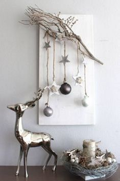 A white Christmas in a snow coat is a big boost to holiday magic! The choice of white for Christmas decorations also allows a result of the most chic, without fault of taste possible! White is all good. Christmas Wall Art, Rustic Christmas, Simple Christmas, Winter Christmas, Christmas Home, Christmas Wall Hangings, Christmas Markets, Nordic Christmas, Elegant Christmas