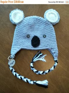 Retrouvez cet article dans ma boutique Etsy https://www.etsy.com/ca-fr/listing/258129832/tuque-koala-en-tricot-bonnet-animal
