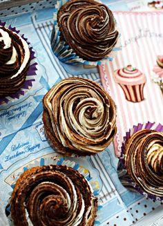 Marmurkowe muffiny z kremem z białej i ciemnej czekolady http://iinspiracje-kulinarne.blogspot.com/2014/01/marmurkowe-muffiny-z-kremem-z-biaej-i.html?utm_source=BP_recent