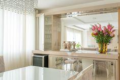 Projeto de mobiliário para sala de jantar. Uso de MDF laqueado na cor fendi e mármore crema marfil. Projetamos uma cristaleira e buffet de apoio para eventos,  combinando a laca fendi com espelhos. A cara dos clientes! #marcenaria #sobmedida #laca #lareira