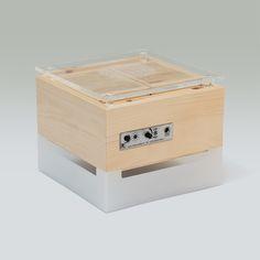 ZirbenLüfter CUBE mini - Rückseite. Regler für stufenlos verstellbaren Ventilator  Lichttaster (rot/blau/violett, ein/aus 12V Anschluss #ZirbenLüfter #Zirbenluefter #Classic #Zirbe #Arve #Holz #Luftreiniger #Luftbefeuchter #Luxus #Lifestyle #Asthma #Zirbenholz #besserschlafen #Raumklima #schlafen #natur Asthma, Mini, Cube, Container, Red, Blue, Humidifier, Sleep Better, Fan