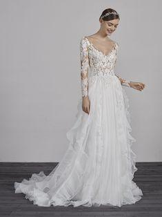Vestido de novia con falda con volantes de organza ESSIEN | Pronovias