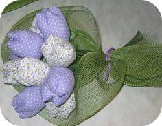Tempo fa sul mio profilo facebookè apparsa un'immagine con bellissimi tulipani in stoffa e subito in miospiritopastrocchiones...