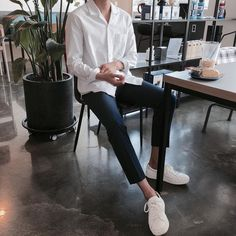 New Sneakers Outfit Men Fashion Casual 23 Ideas White Sneakers Outfit, White Shirt Outfits, Casual Sneakers, White Shirts, Winter Sneakers, Women's Sneakers, Sneakers Design, Casual Shoes, Lazy Outfits