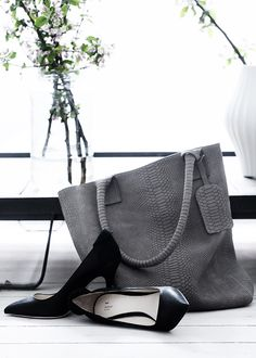 Grey leather bag with snake skin print. Via Miss Zeit