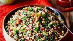 Der Salat aus dem Pseudogetreide, viel frischem Gemüse und Koriander macht angenehm satt ohne zu beschweren: Quinoa-Gemüsesalat | http://eatsmarter.de/rezepte/quinoa-gemuesesalat-1