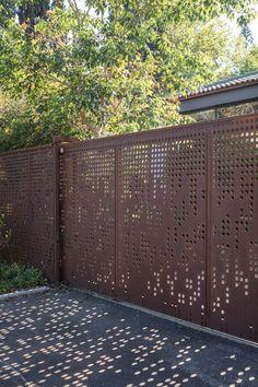 Tor Design, Modern Fence Design, Retail Facade, Door Gate Design, Landscaping Retaining Walls, Privacy Screen Outdoor, Gate House, Exterior Cladding, Entrance Gates