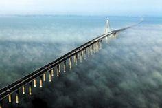 Yan Runbo/Xinhua, via Associated Press;  / Maior ponte marítima do mundo, em Qingdao