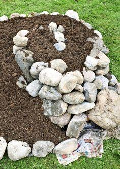 Yrttispiraali on kivistä tehty pieni kukkula. Kivet keräävät lämpöä ja yrttispiraaliin muodostuu yrttien kasvulle suotuisa pienilmasto. Katso Viherpihan ohje!