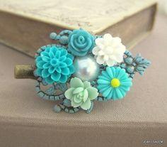 He encontrado este interesante anuncio de Etsy en https://www.etsy.com/es/listing/162027538/turquoise-hair-clip-teal-flower-mint
