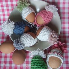 To crochet: egg caps ❤ free pattern Crochet Egg Cozy, Crochet Wool, Easter Crochet, Diy And Crafts, Crafts For Kids, Knitting Patterns, Crochet Patterns, Mini Things, Easter Crafts