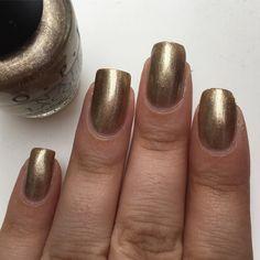Petite pose du vernis OPI, Glitzerland  pour cette petite semaine.  #nail #nails #onglescourts #ongles #ongle #polish #nailpolish #lauriane #lauriane_nails #vernis #naturel #natural #opi #opiglitzerland #or
