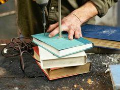 Die alte Tischlampe könnte eine ganz neue Erscheinung und Wirkung bekommen. Sie wird moderner, kunstvollerer und... DIY Tischlampe mit Tischfuß aus Büchern