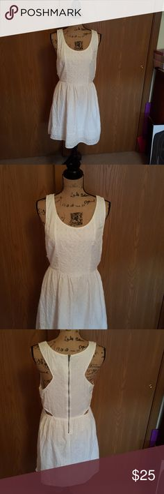 American eagle white dress. Size 12. Like New. American eagle white dress. Size 12. Like New. 100% cotton. Open sides (4th photo). Snap covers the zipper on the inside. American Eagle Outfitters Dresses