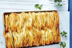 Patate al forno croccanti, ricetta per preparare un contorno particolare e sfizioso da abbinare a secondi piatti di carne o di pesce.