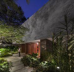 Pavimento acceso / jardinería perimetral casa