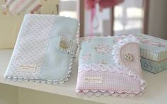 Resultado de imagen para porta documentos bebe Baby Crafts, Diy And Crafts, Sewing Projects, Projects To Try, Wallet Pattern, Baby Kind, Baby Decor, Baby Sewing, Baby Accessories