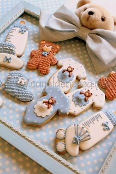 Thinking of serving baby shower cookies at the baby shower? Find beautiful inspiration with 95 adorable baby cookies. Fancy Cookies, Iced Cookies, Cute Cookies, Royal Icing Cookies, Cookies Et Biscuits, Cupcake Cookies, Sugar Cookies, Baby Cakes, Baby Shower Cakes