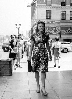 1940sFashion | simple floral dress - vintage style fashion 40s war era novelty print rayon dress found photo street shoes sandals purse day dress