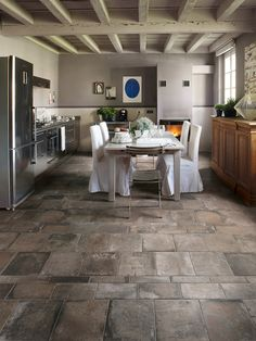 New Kitchen Flooring ideas Trends: kitchen Flooring Ideas for the Perfect Kitchen. Get inspired with these kitchen tile trends and learn whether or not they're here to stay. Stone Tile Flooring, Natural Stone Flooring, Slate Flooring, Flooring Ideas, Ceramic Flooring, Rico Design, Küchen Design, Floor Design, House Design