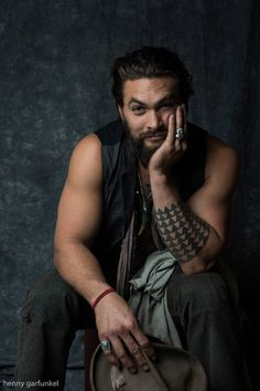 We all know Jason Momoa as Khal Drogo from Game of Thrones. Now he is playing an important role of DC superhero Aquaman. Jason Momoa Aquaman, Aquaman Actor, Max Von Sydow, Frank Herbert, Business Portrait, Look At You, How To Look Better, Game Of Thrones, Patrick Stewart