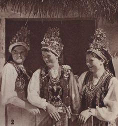 "Bridesmaids from Kraków, image published in a tourist booklet ""Visitez la Pologne"", 1939."