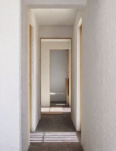 Hallway with dark brick floors and lime-washed plaster walls in Swartberg House by Openstudio Architect in Great Karoo, South Africa Contemporary Architecture, Interior Architecture, Interior Design, African House, Passive Solar Homes, Courtyard Design, Desert Homes, Solar House, Brick Flooring