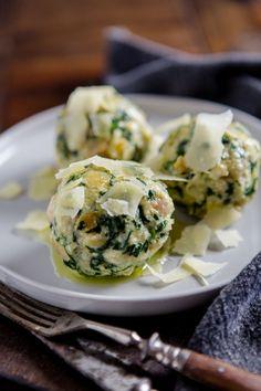 Spinatknödel mit zerlassener Butter und Parmesan – große Semmelknödelliebe