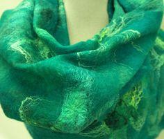 Grüne Nuno Filz Schal. Seide, Wolle und Filz Schal, handgemacht für Damen.  Eine elegante, leichte Schal für Damen mit schönen Details. Dieses stilvolle Design Schal ist sehr lecker und angenehm zu tragen. Ist schön auf ein sportliches und ein bißchen förmlichere Outfit. Sonderzubehör für sich selbst oder als einzigartige handgemachte, traditionelle Geschenk. Größe ca. 35-170 cm. Der Schal ist in mehreren Farben erhältlich. Auf dem letzten Bild sehen Sie die anderen Farben.  Der Schal wird…