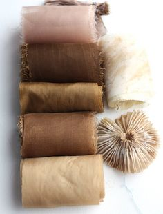 Autumn dyes: hawthorn berries, alder cones, acorns and dried eucalyptus leaves How To Dye Fabric, Fabric Art, Fabric Crafts, Fabric Painting, Pantone, Dried Eucalyptus, Textiles, Fabric Manipulation, Shibori
