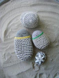 Resurrection Fern has a great tutorial on how to make super sweet crochet covered rocks. Purl Bee, Easy Crochet, Crochet Baby, Ravelry, Resurrection Fern, Crochet Stone, Rock Cover, Crochet Motif Patterns, Make Tutorial