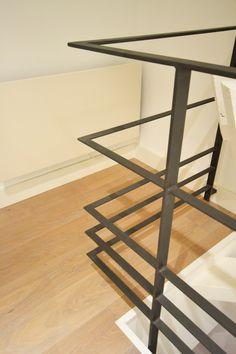 Garde-corps design en acier, main courante et 4 lisses en fer plat, pour un intérieur chic ! Metal Stair Railing, Balcony Railing Design, Stair Handrail, Banisters, Garde Corps Metal, Balustrade Balcon, Escalier Design, Steel Stairs, Interior Stairs