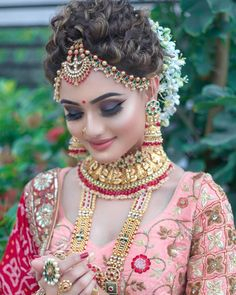 Can't decide what is more eye-catchy about her bridal look – her radiant makeup … - Braut Indian Bridal Photos, Bridal Hairstyle Indian Wedding, Indian Wedding Makeup, Indian Wedding Bride, Indian Bridal Hairstyles, Indian Bridal Fashion, Indian Wedding Jewelry, Bridal Jewelry, Beaded Jewelry