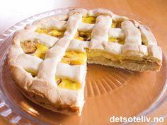 En god, gammeldags eplekake har du her! Paien lages med søt mørdeig og fylles med epler, kanel, sukker og tykk vaniljekrem.