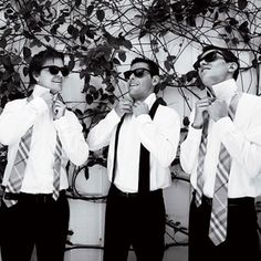 This is such a cute picture for a groom with 2 best men :)