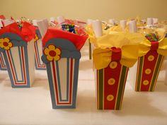Caixa de Pipoca em papel craft personalizada em papel para scrapbook 180gr. <br> <br>Medidas : 16 cm de altura, largura na base 6 cm e no topo 7,5 cm <br> <br>Acompanha: embalagem de celofane e fita de cetim. <br>Tag de agradecimento : R$0,25 un <br> <br>Confeccionamos também no tema circo. <br> <br>Trabalhamos com agendamento dos pedidos, por isso o prazo de entrega varia de acordo com a disponibilidade de agenda (15 a 20 dias úteis). O prazo para entrega/confecção começa a contar após…