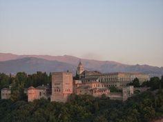 España 01 Alhambra, Generalife y Albaicín de Granada Situados en dos colinas adyacentes, el Albaicín y la Alhambra forman el núcleo medieval de Granada que domina la ciudad moderna. En la parte este de la fortaleza y residencia real de la Alhambra se hallan los maravillosos jardines del Generalife, casa de campo de los emires que dominaron esta parte de España en los siglos XIII y XIV.