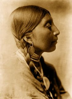 Edward S. Curtis, Young Wishham woman, ca. 1910
