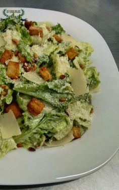 Συνταγές που αρέσουν...: Η αυθεντική σαλάτα Caesar's (του Καίσαρα) Caesars Salad, Dips, Lunch To Go, Greek Salad, Salad Bar, Cold Meals, Appetisers, Veggie Dishes, Greek Recipes