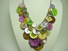 Oh my how I love this button necklace!with all those spare buttons you don't use from other sewing projects. Button Art, Button Crafts, Beaded Jewelry, Handmade Jewelry, Women's Jewelry, Do It Yourself Jewelry, Button Necklace, Button Jewellery, Bijoux Diy